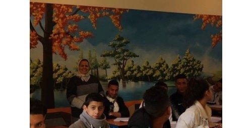 أستاذة تحوّل قاعة دراسية إلى لوحة فنية بمكناس