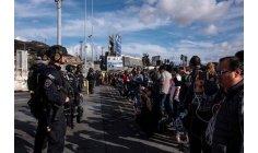 مئات المهاجرين يتظاهرون أمام الحدود الأمريكية