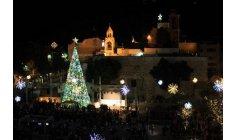مهد النبي عيسى يرتدي حلة الميلاد في بيت لحم