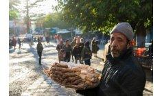 بنموسى .. صانع حلويات تقليدية يسترجع قطار الأيّام وأفغانستان