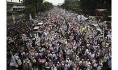 عشرات الآلاف من المسلمين يحتشدون في جاكرتا