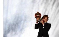 الكرواتي مودريتش يحرز جائزة الكرة الذهبية لأفضل لاعب في العالم