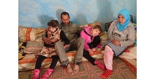 """سناء ومنى من """"عين السلطان"""" .. طفلتان معاقتان في حضن الأحزان"""