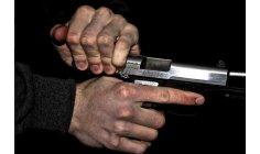 شرطي يطلق رصاصات على مهاجمي عناصر أمنية
