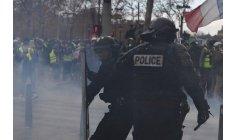 """باريس """"تشتعل"""" .. ملثمو """"السترات الصفراء"""" يواجهون غازات الأمن"""