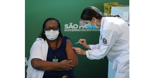 Nurse Mônica Calazans is the first Brazilian vaccinated after approval by Anvisa