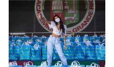 Singer Pocah distributes food in Rio de Janeiro